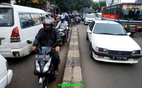Motor Lawan Arah Jalur