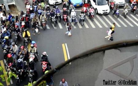 Foto diatas terlihat para pejalan kaki susah untuk menyeberang di zebra cross karena terhalang sepeda motor yang berhenti sembarangan.