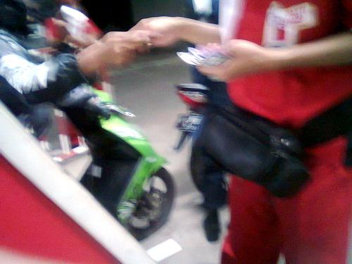 kasir akan memproses apa dan berapa agan mau beli bensin di monitor touch screnn lho..