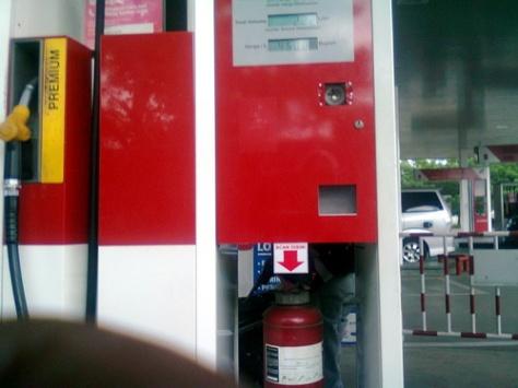 Ini mesin pengisiannya .Struk tadi agan bawa ke mesin inilalu agan scan aja di bagian bawah mesin yg ada tanda panah merahnya.Ane ga pilih yg pencet nomer pin coz repot mesti mencet2.Mesin ini juga ngeluarin suara yg akan memandu kita dalam melakukan pengisian sendiri dan ramah pokoknya. :D