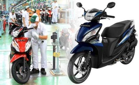 Karyawan AHM melakukan final cek sepeda motor Honda Spacy Helm in PGM-FI di pabrik perakitan AHM, Cikarang. (Dok. AHM)
