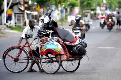 Becak bawa motor yang mogok (Yamaha Xeon)