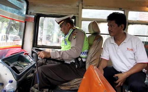 polisi alih profesi jadi sopir metro mini