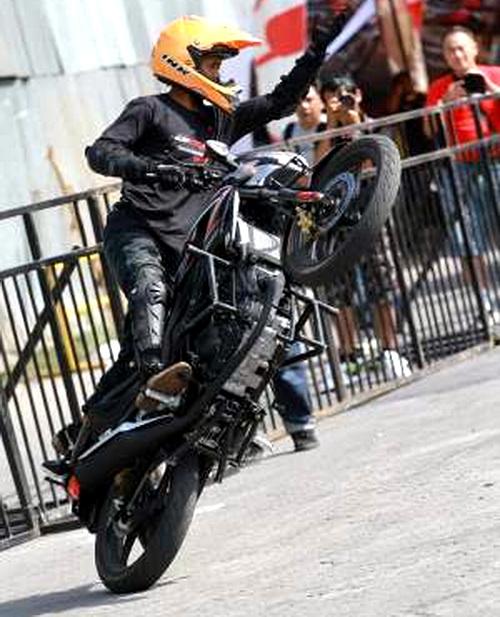 Aksi freestyle dengan Honda CB150R (dok AHM)