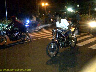 balap motor malam