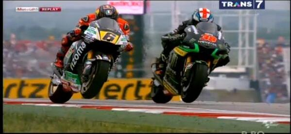 battle antara Bradl Smith dan Dovizioso