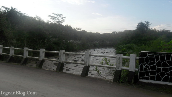 disisi sebelah timur, ternyata kalinya banjir gan :)