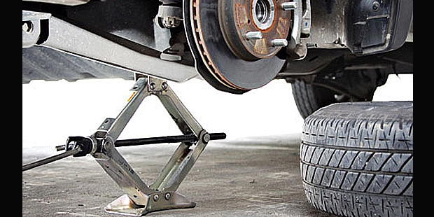 Meletakkan dongkrak di arm khusus untuk MPV dan SUV
