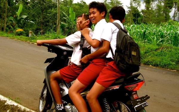 pelajar naik motor bertiga
