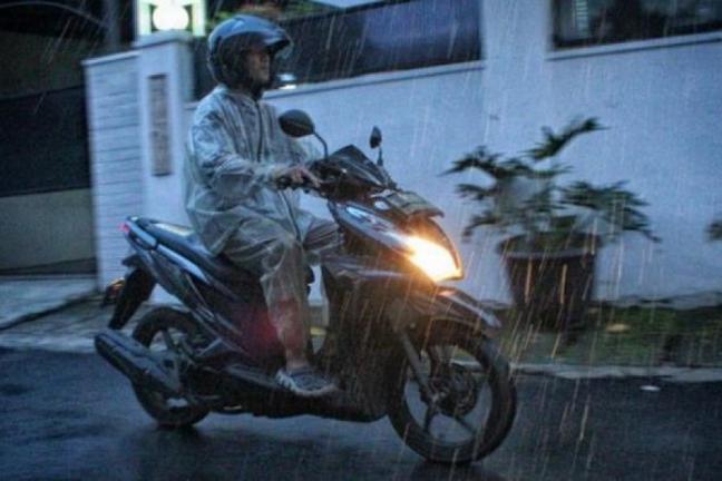 Cara Membuat Kaca Helm Tidak Mengembun Saat Hujan